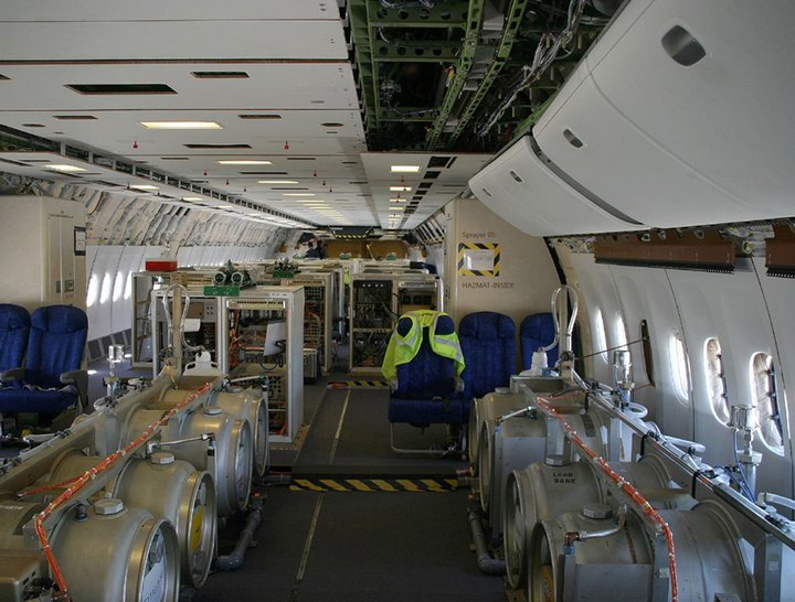 O interior de um avião que pulveriza sulfato de bário