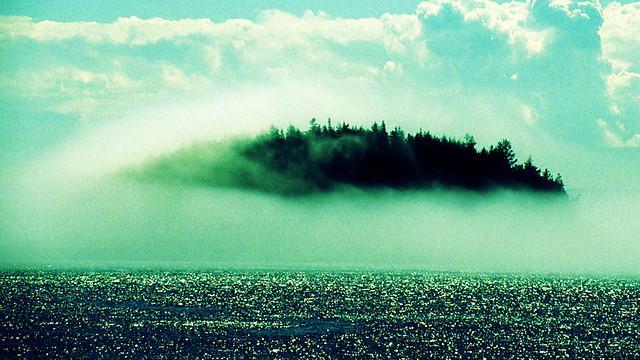Uma neblina deixa transparecer a ilha a cada sete anos.