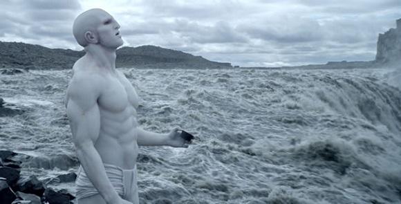 No filme de ficção científica Prometheus (2012), os blocos de construção da vida foram fornecidos por uma espécie de proto-humanos a partir de outro planeta