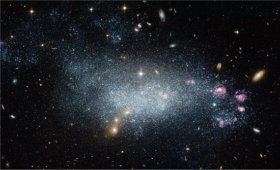 Galáxia enigmática desafia astrônomos